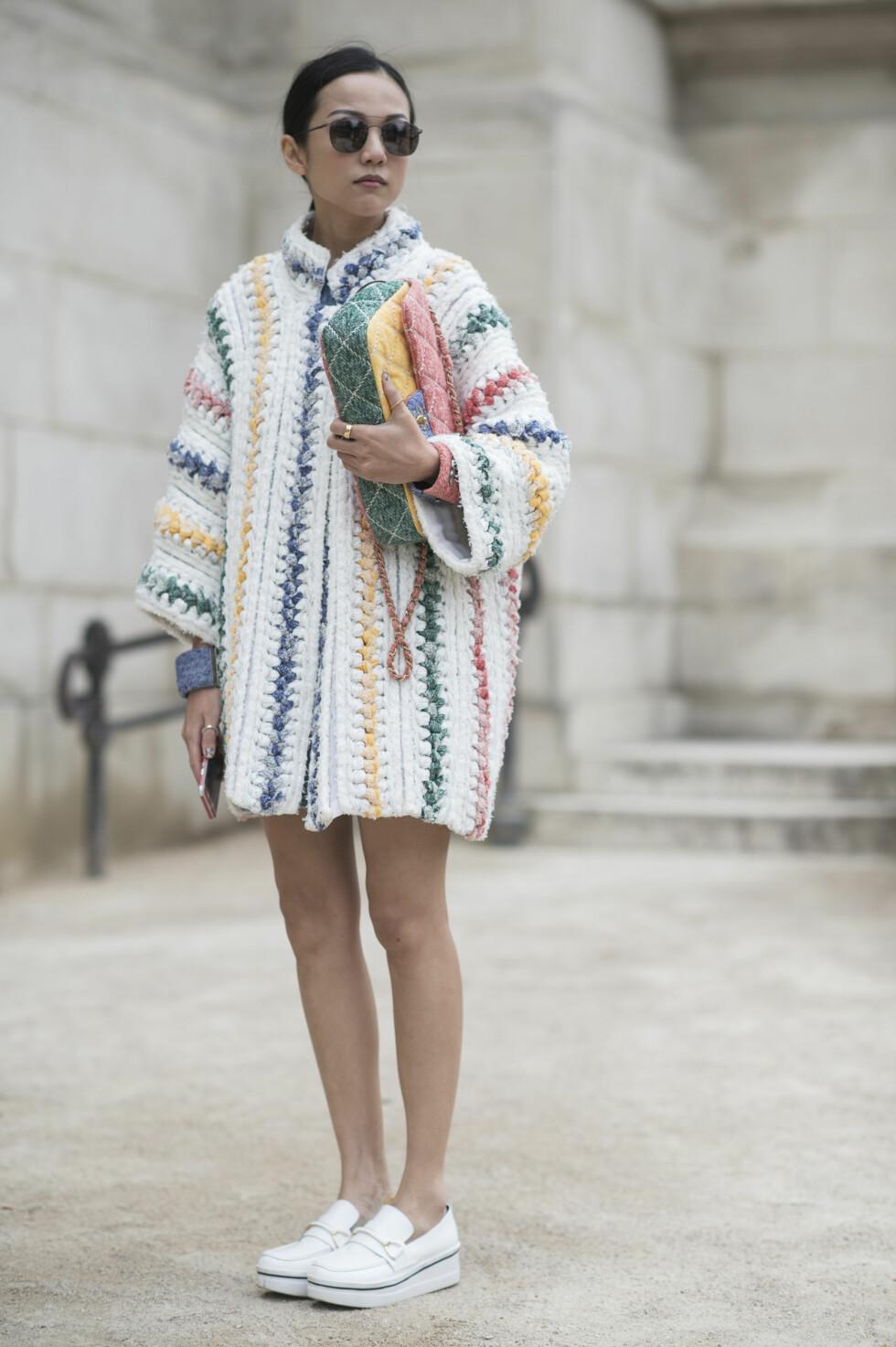 Gjør som moteikonet Yoyo Cao gjorde da hun deltok på moteuken i Paris, og kle deg i et fargerikt, men likevel stilrent plagg som inneholder flere pastellfarger. Sett prikken over i-en med en matchende veske.   Foto: Scanpix