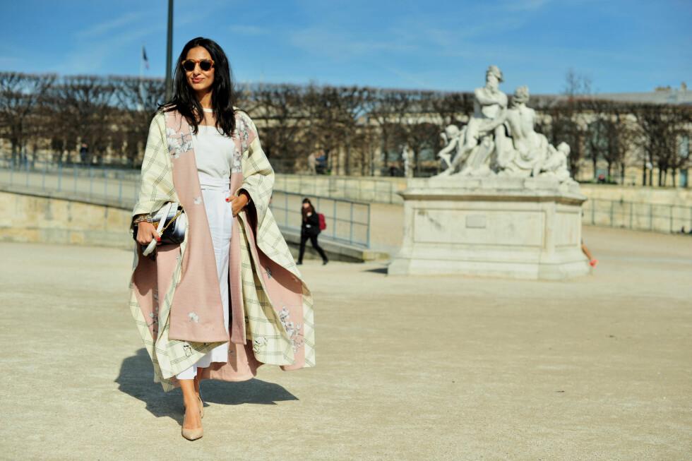 Moteblogger Nausheen Shas kombinerte hvitt med gule og rosa pasteller under moteuken i Paris.  Foto: Scanpix