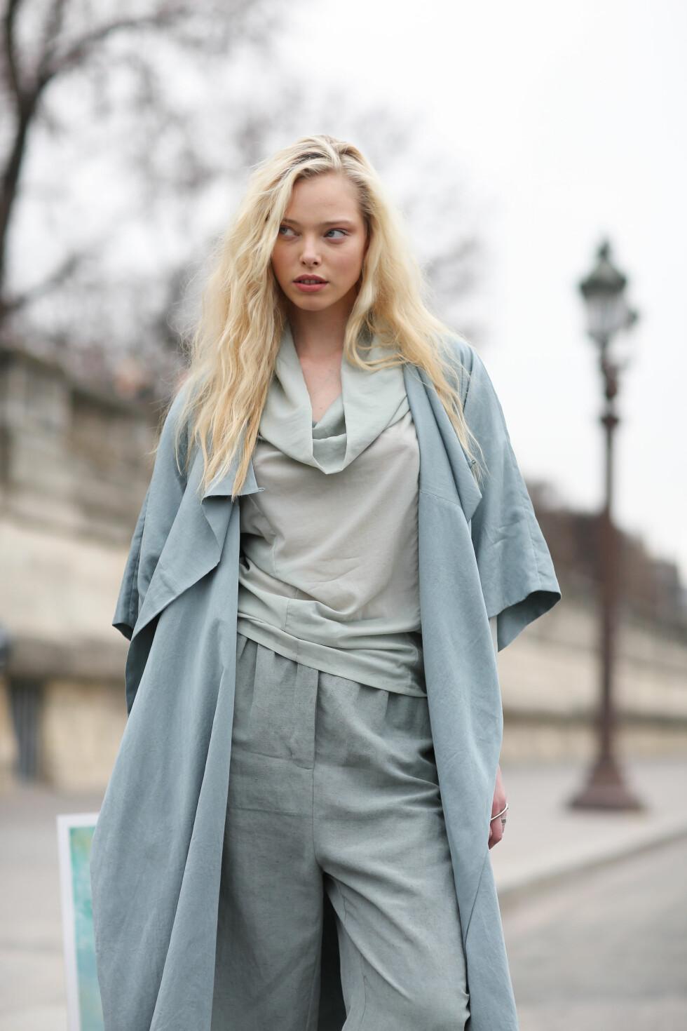 Modell og moteikon Tanya Dziahileva kledde seg i en av vårens heteste fargetrender, babyblått, under moteuken i Paris.   Foto: Scanpix