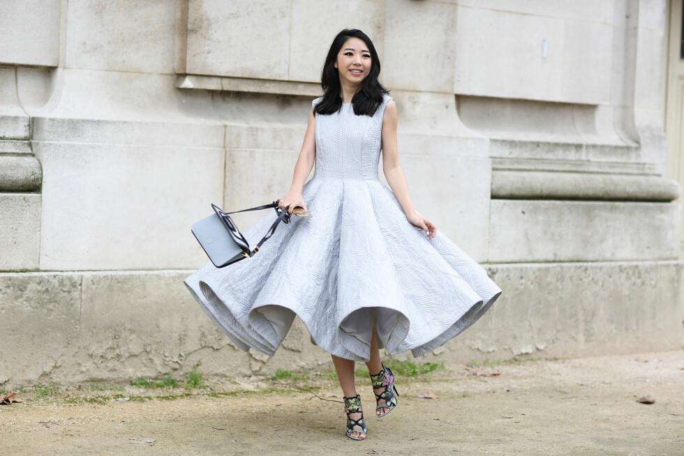 En feminin kjole i lyse farger rockes opp med statement-sko i edgy design.  Foto: Scanpix