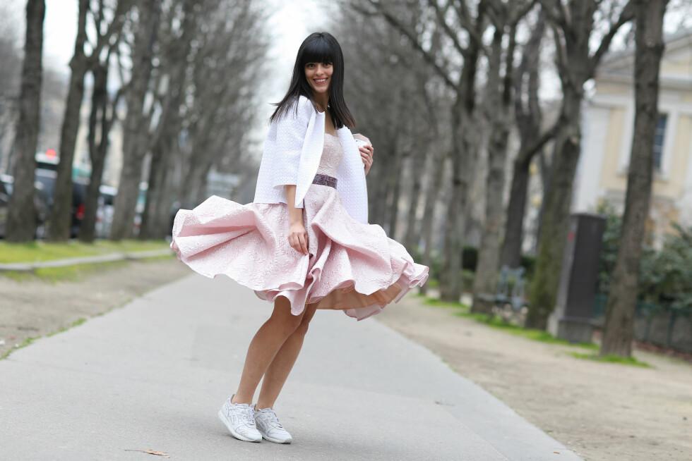 Moteblogger Laura Comolli velger bort den lille sorte kjolen med en feminin kjole i lyserosa.  Foto: Scanpix