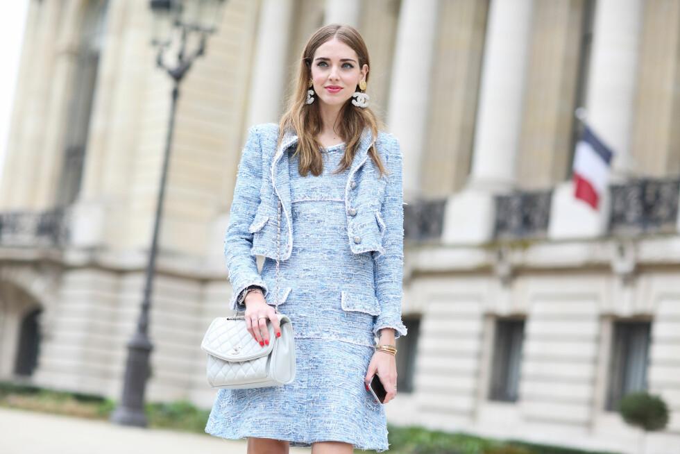 Superblogger og moteikon Chiara Ferragni gikk for et klassisk Chanel-antrekk i moderne, fargerik vri under moteuken i Paris.  Foto: Scanpix