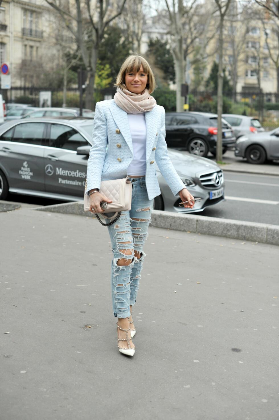 Kombiner klassisk eleganse med rocka streetstyle og velg en stilren blazer som du styler sammen med slitte jeans.  Foto: Scanpix