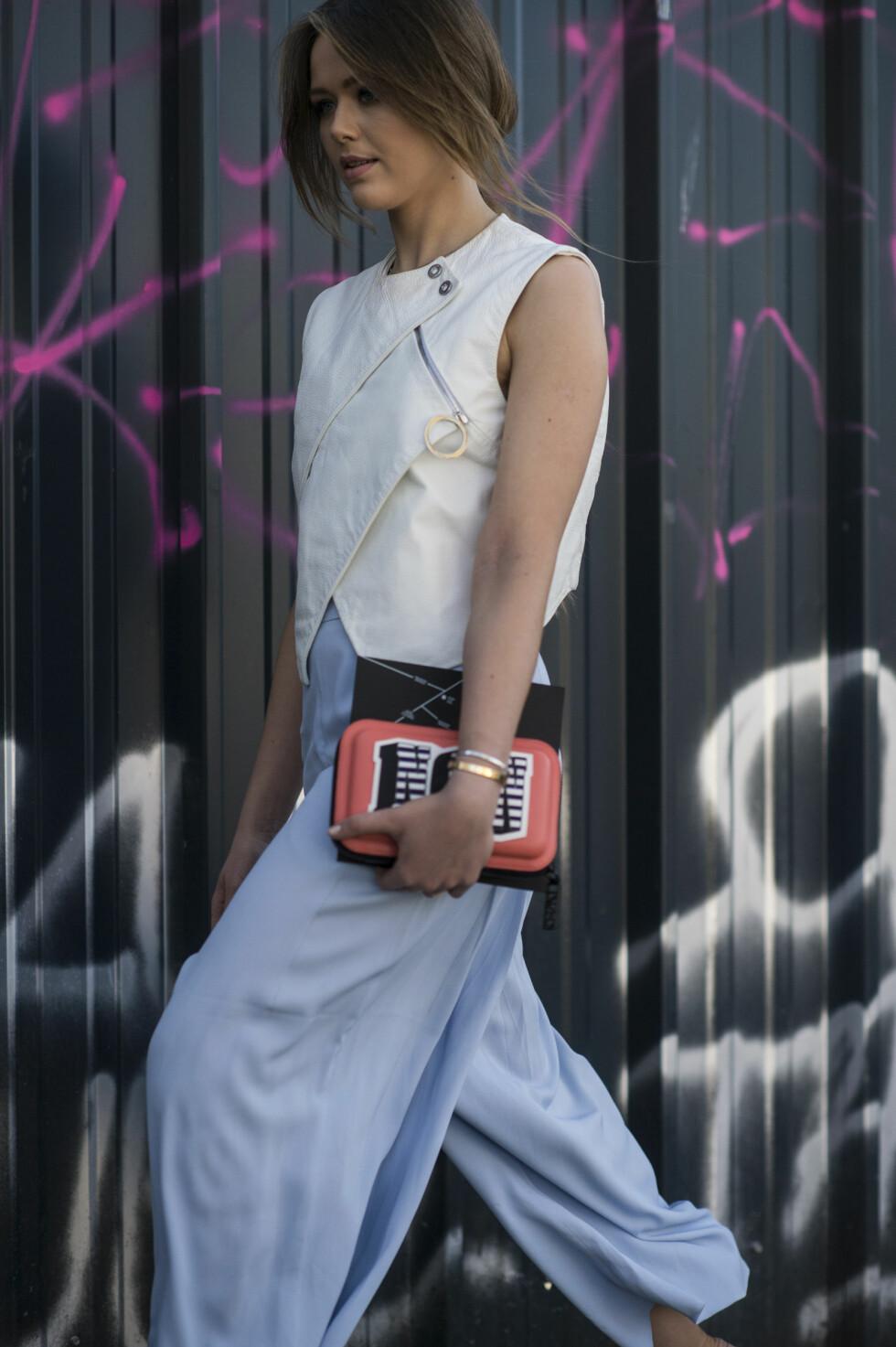 Superblogger Kristina Bazan stylet hvitt og den populære babyblå fargen da hun deltok på moteukene tidligere i vår.  Foto: Scanpix