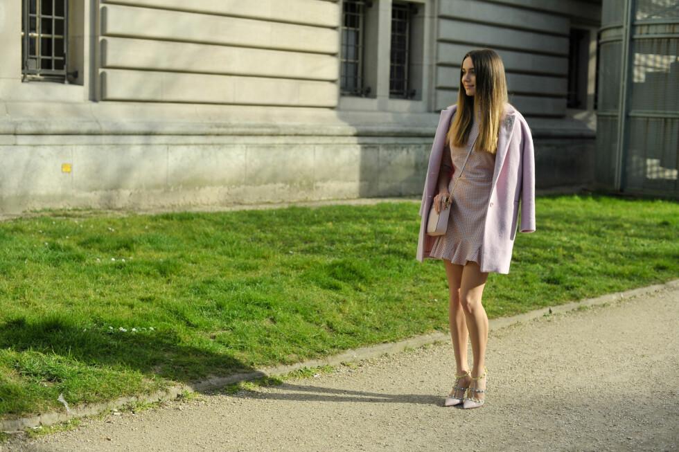 Moteblogger Mary Leest var kledd i pastellrosa fra topp til tå under moteuken i Paris.   Foto: Scanpix