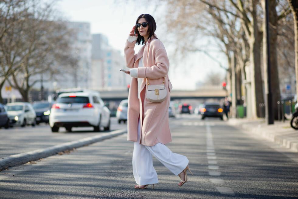 Å bytte ut den mørke vinterjakken med en lysere variant kan ha alt å si for uttrykket i antrekket! Foto: Scanpix