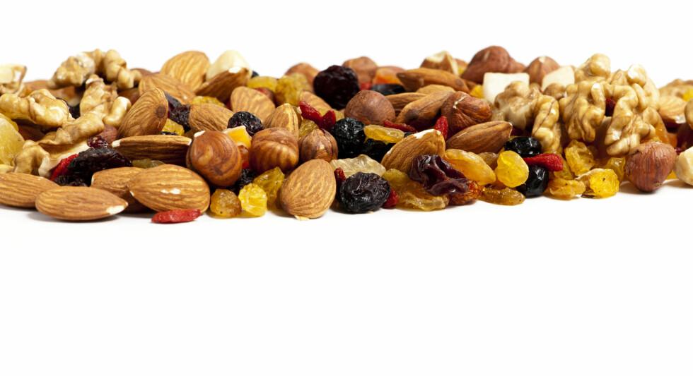 NØTTEMELK: Du kan også bytte ut mandlene eller blande ulike nøtter sammen når du lager nøttemelk, tipser Helle Bornstein.  Foto: Fotolia