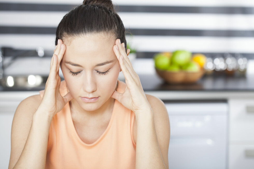 Stressed young woman in kitchen Foto: dragonstock - Fotolia