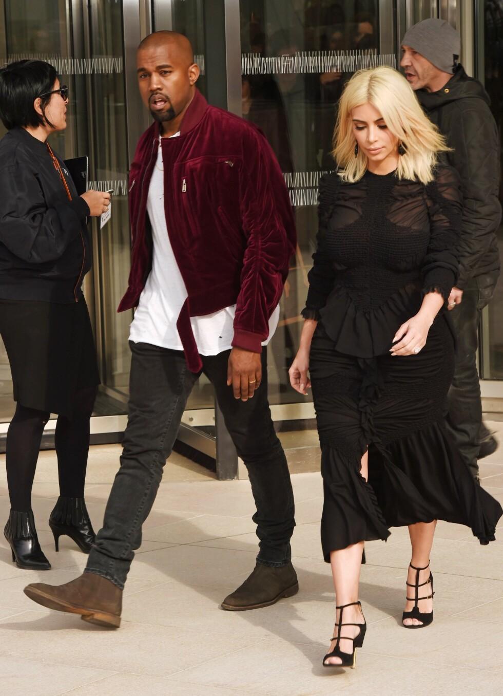 Kim Kardashian og Kanye West på vei inn til visningen.  Foto: David Fisher/REX/All Over Press