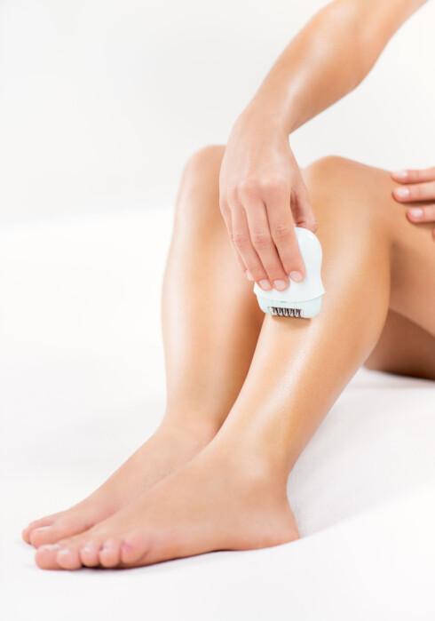 FLERE METODER FOR HÅRFJERNING: Mange kvinner ønsker seg myke og glatte legger. Du kan velge mellom alt av barberhøvler, voksing og epilering.  Foto: Fotolia