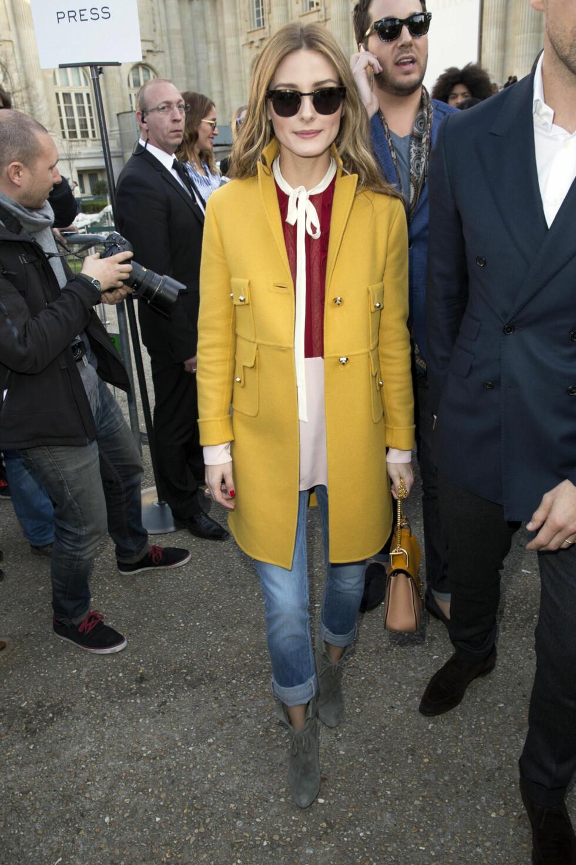 Olivia Palermo går for en bred dobbelbrett på sine jeans. Legg merke til den ste blusen og fargen på kåpen.    Foto: /All Over Press