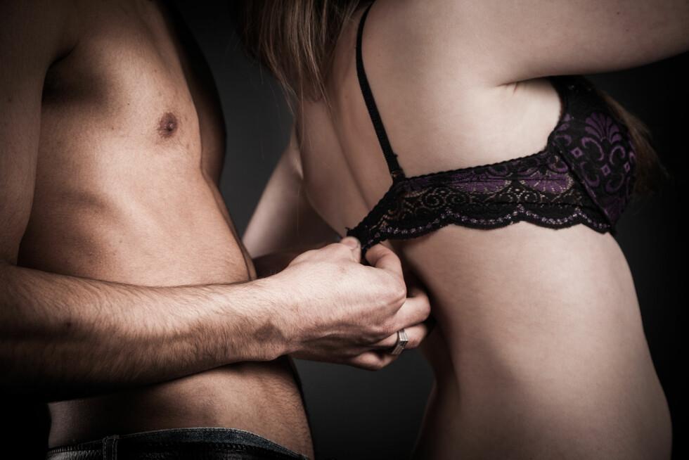 <strong>FREKK GULVØVELSE:</strong> Denne stillingen gir lett stimulering av klitoris fra innsiden, og øker sjansen for å stryke borti G-punktet. Foto: Laoshi - Fotolia