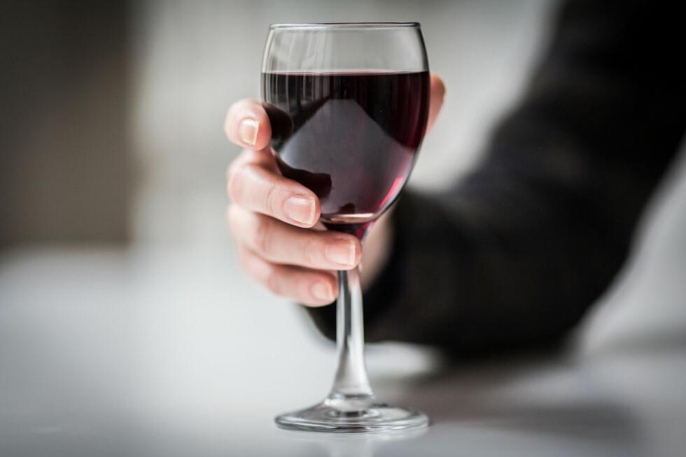 ALKOHOL TØRKER UT MUNNEN: Sovesmaken i munnen kan bli ekstra stram etter noen glass vin.  Foto: All Over Press