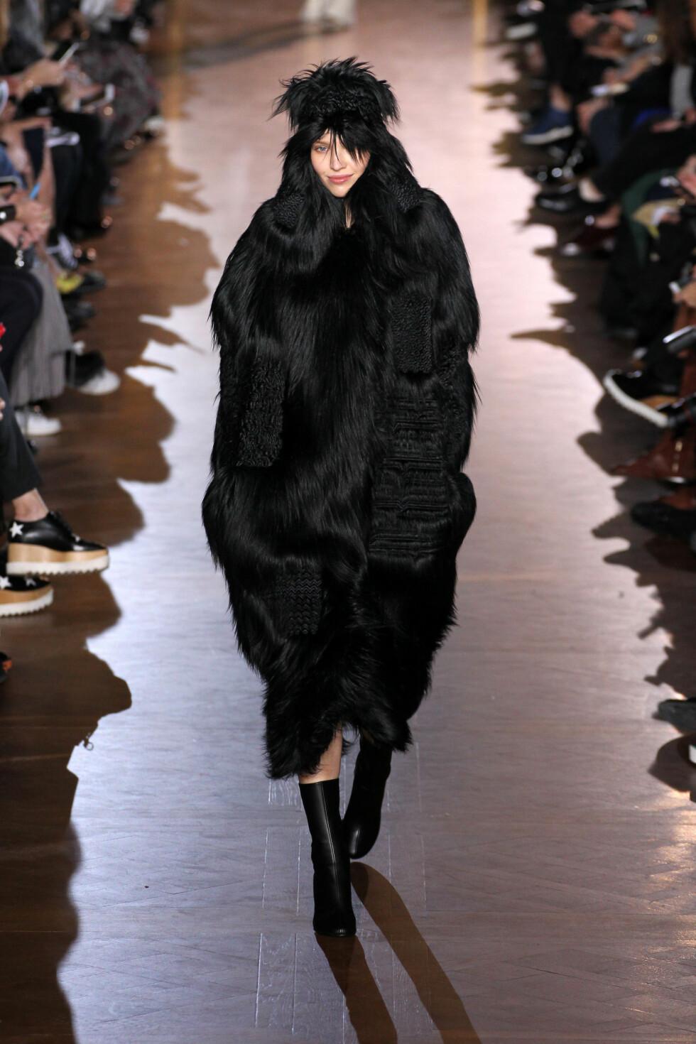 I SVART FUSK FRA TOPP TIL TÅ: Ja, kåpen ser jo ganske ekte ut? Men den er kun laget av syntetiske materialer.  Foto: REX/All Over Press