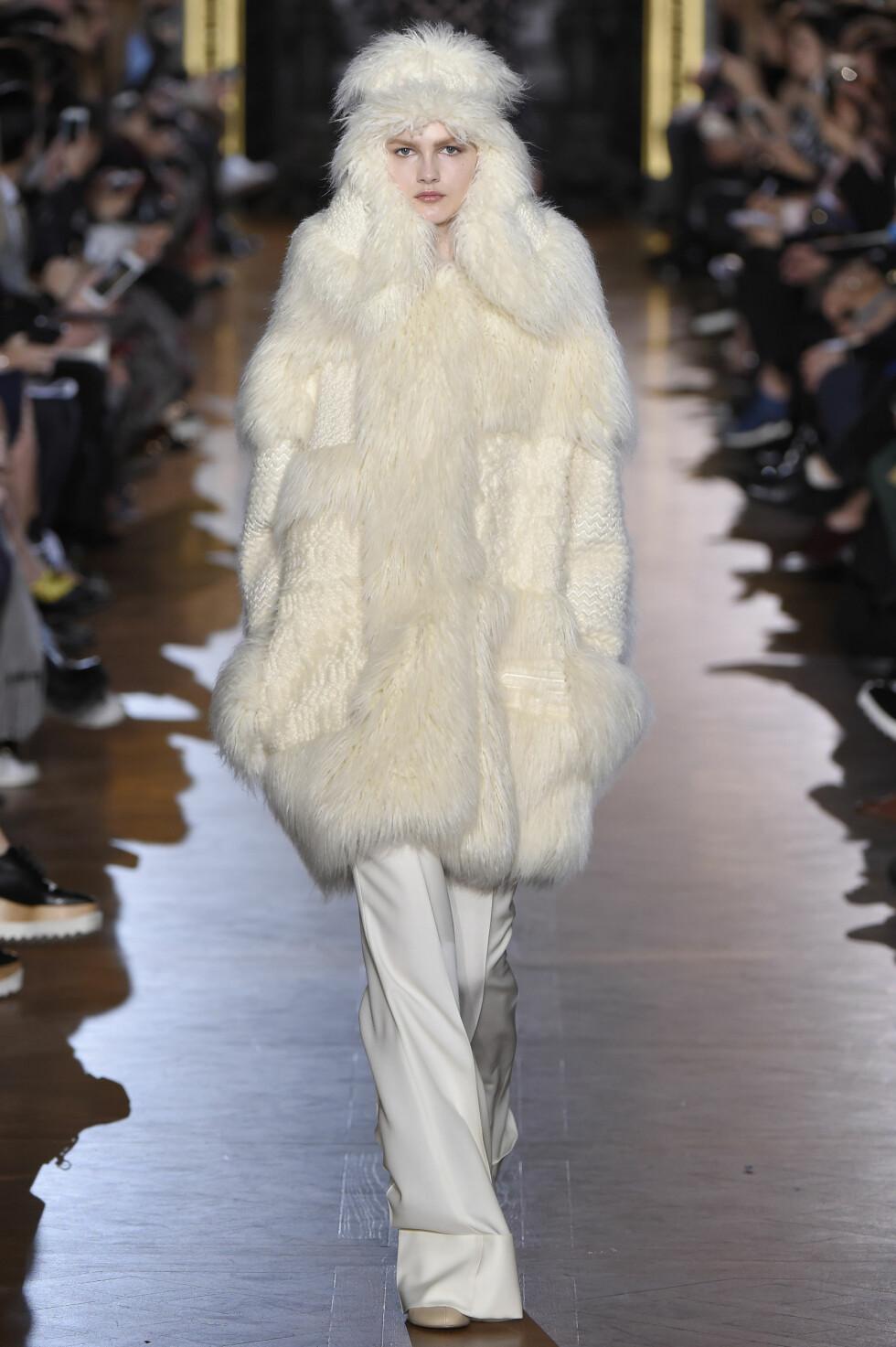 LÅRKORT MODELL: Stella McCartneys mål med den pelsfrie pelsen, er å vise oss at vi ikke trenger å kle oss i ekte pels.   Foto: Splash News/ All Over Press