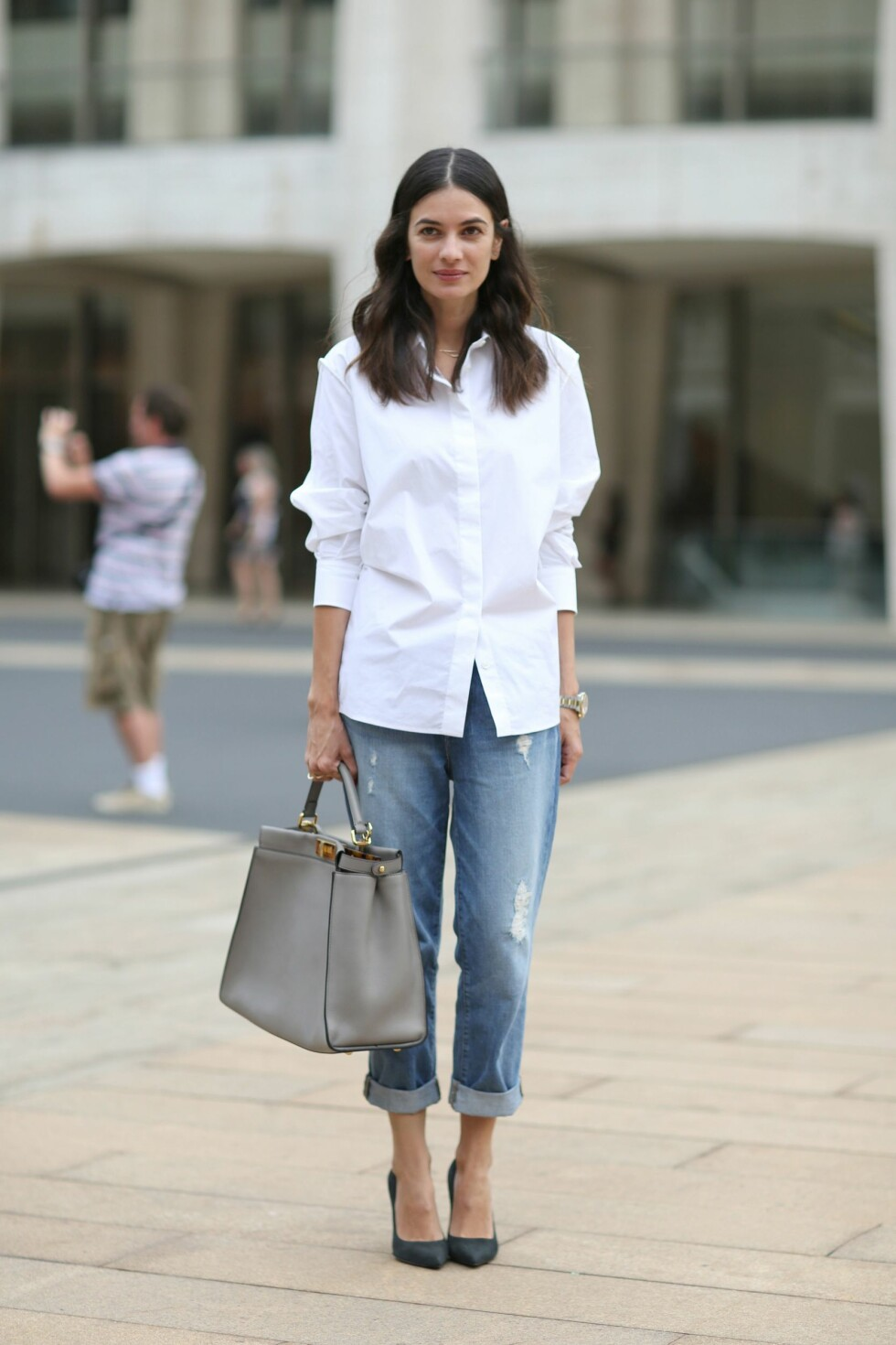 ENKELT: Leila Yavari bruker sine jeans med en løs, hvit skjorte. Foto: Silvia Olsen/REX/All Over Press