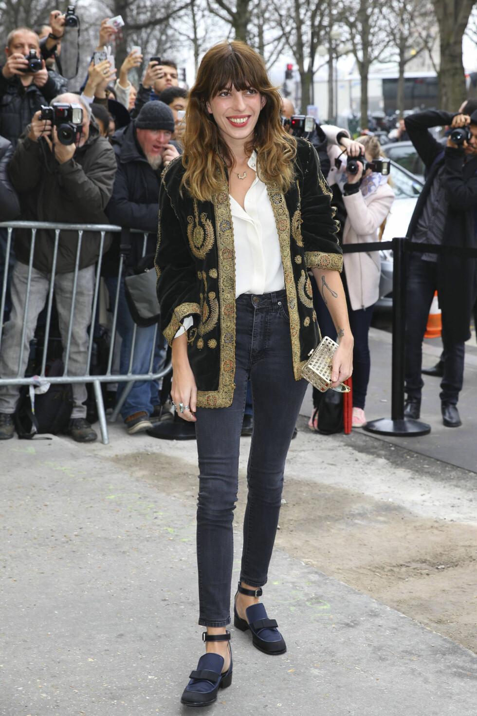 HØYE SKINNYJEANS: Lou Doillon har en kul stil, og går ofte i slitte smale jeans med høyt liv. Selv de lave skoene stjeler ikke noe av høyden hennes.  Foto: All Over Press