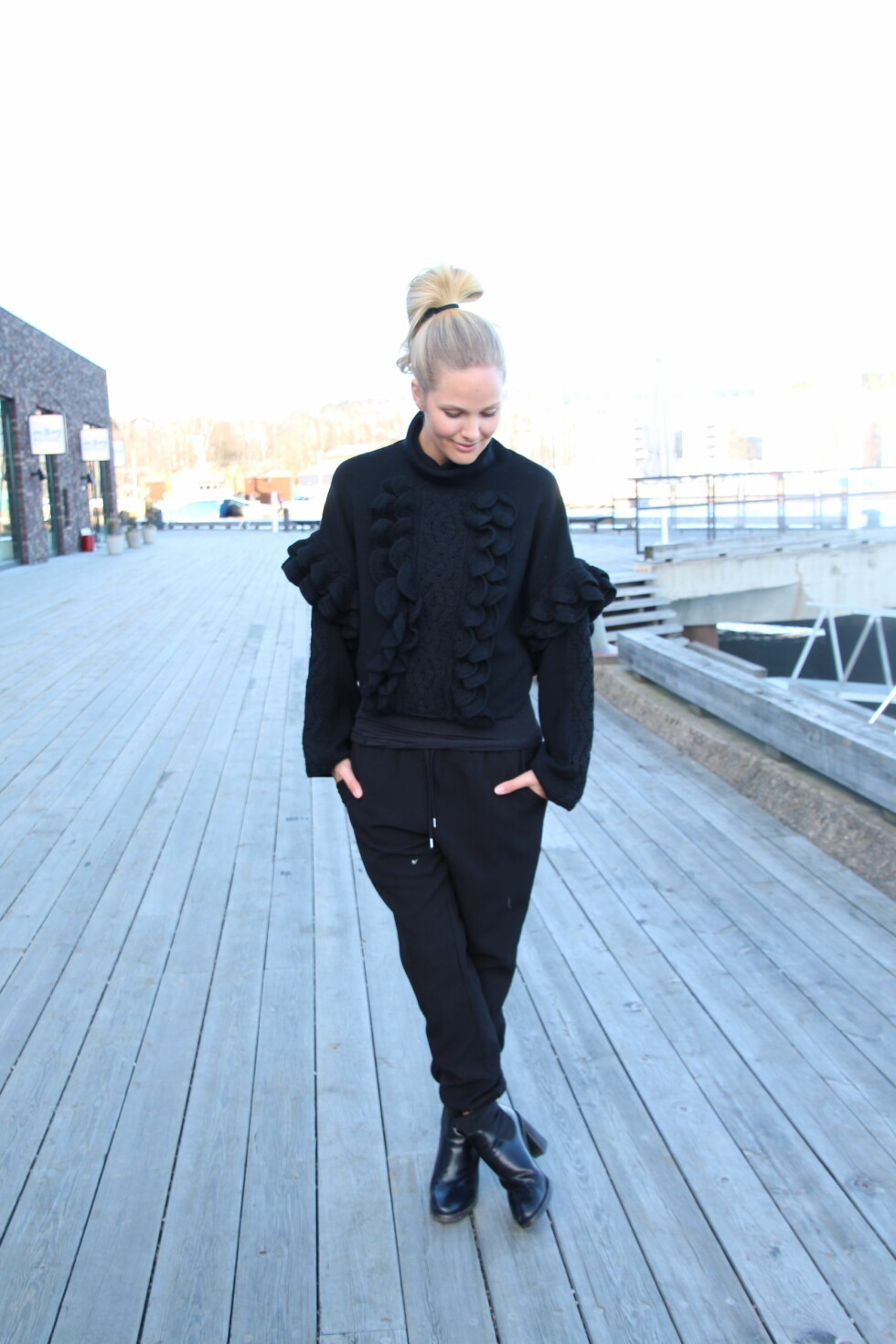 STATEMENT: Marias helsvarte antrekk blir mer interessant med en iøynefallende genser. Foto: Mariaskappel.no