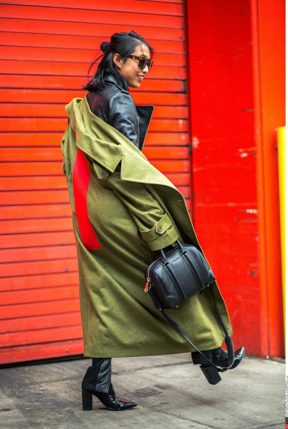 Denne fashionistaen bruker en kåpe over bikerjakken sin, og lar kåpen henge ned på den ene skulderen.  Foto: All Over
