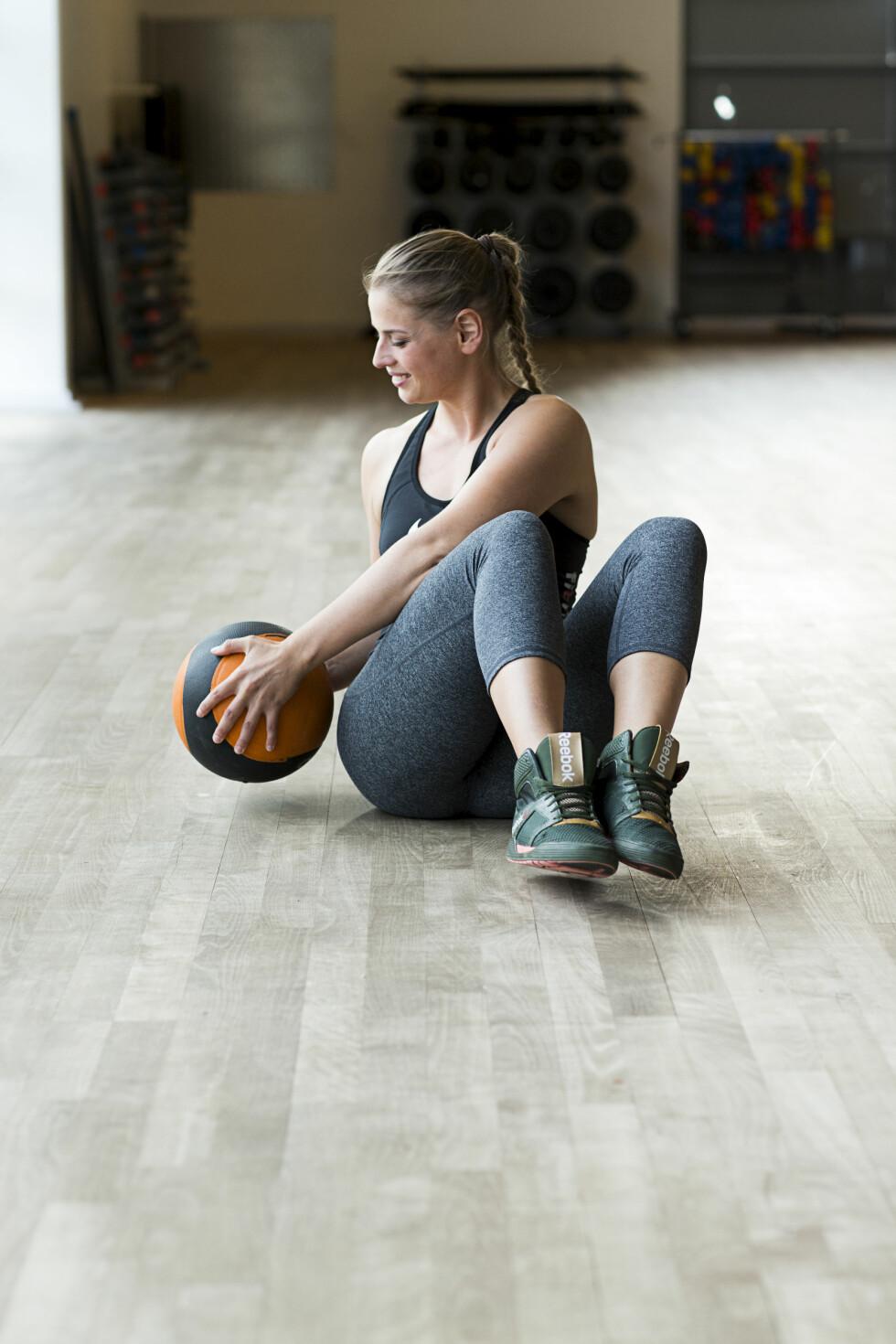 RUSSIAN TWIST: Denne øvelsen trener magemusklene. Foto: Nellie Møbergn/All Over Press