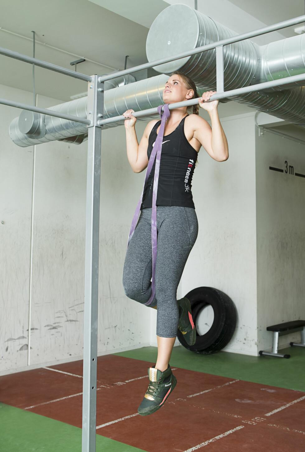 PULL-UPS: Denne øvelsen trener øvre rygg og biceps. Foto: Nellie Møbergn/All Over Press
