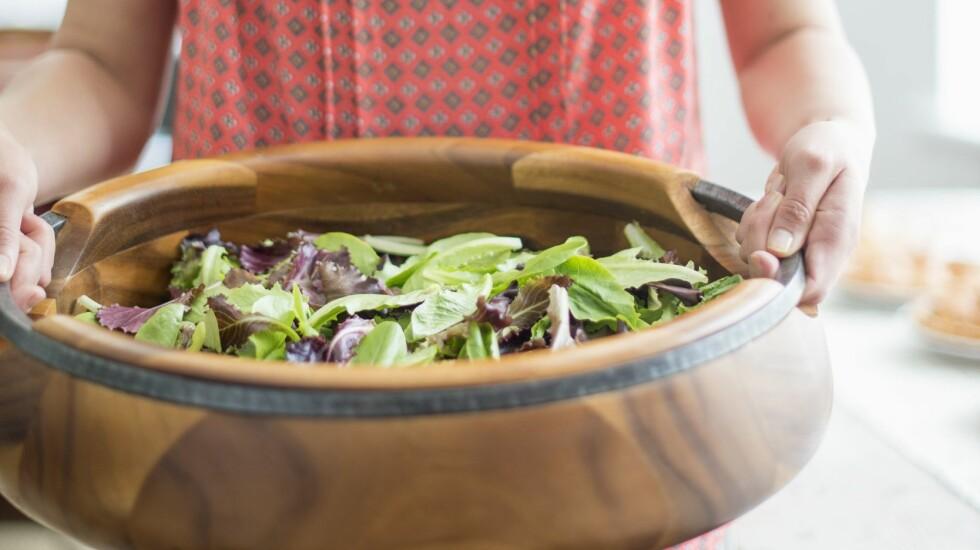 STORE MENGDER: Grønne salatblader alene er svært kalorifattig, så det er vanskelig å få i seg nok energi ved å kun spise salat. Foto: Mint Images/REX/All Over Press
