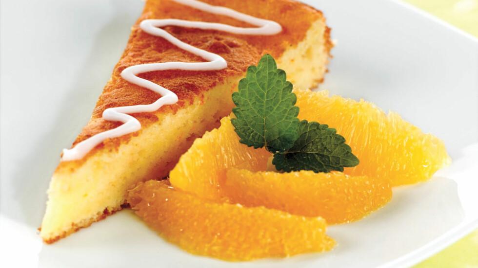 APPELSINKAKE: Denne appelsinkaken er saftig, god og full av C-vitaminer! Foto: Grete Roede AS/Ingognito