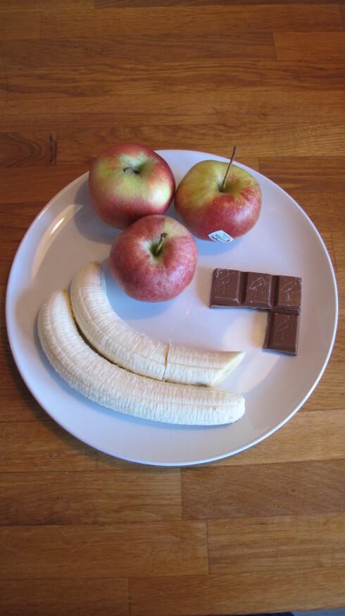 <strong>FRUKT VERSUS SJOKOLADE:</strong> Tre epler, eller nesten to bananer tilsvarer samme mengde kcal som 4 små melkesjokoladebiter.  Foto: Stine Okkelmo