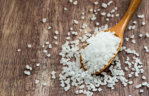 SALT: Styr unna salt, ettersom det binder vann i kroppen. Foto: Fotolia