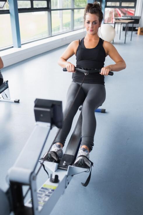 Woman training hard on row machine in gym Foto: WavebreakmediaMicro - Fotolia