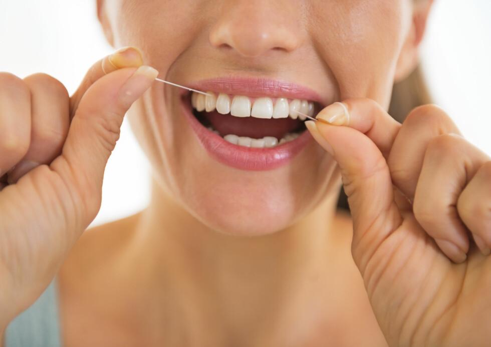 TANNTRÅD: Tannbørsten er ikke nok for å ivereta tannkjøttet. Det er nemlig mellom tennene de fleste bakteriene sitter, og disse får du bare bort ved grundigere rengjøring. Foto: Alliance - Fotolia