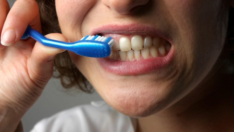 TANNPLEIE: Det er ikke bare for tennene at du pusser og opprettholder god munnhygiene. Det er minst like viktig for tannkjøttet.  Foto: olly - Fotolia