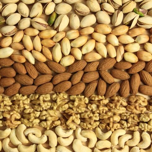 <strong>VELG RÅ NØTTER:</strong> Ubehandlede nøtter er noe av den smarteste snacksen du kan velge, da det er rik på smak og sunne næringsstoffer. Men spis med måte! Foto: Fotolia