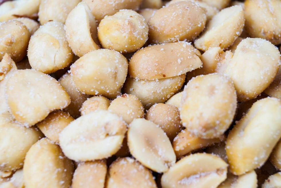 <strong>IKKE SÅ SALT SOM DU TROR:</strong> Du kan faktisk spise ganske mange salte nøtter før det overstiger 5 gram, som er den anbefalte dagsdosen. Likevel er det viktig å tenke på alt det andre skjulte saltet du får i deg i løpet av en dag. Foto: Fotolia