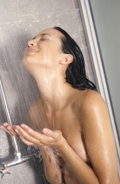 <strong>VARMT VANN:</strong> For varmt vann når du dusjer er ikke bra for håret. Det skal helst ikke dampe så mye av dusjvannet.  Foto: www.imagesource.com