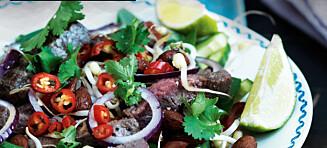 Thai oksekjøttsalat med mandler og chilidressing