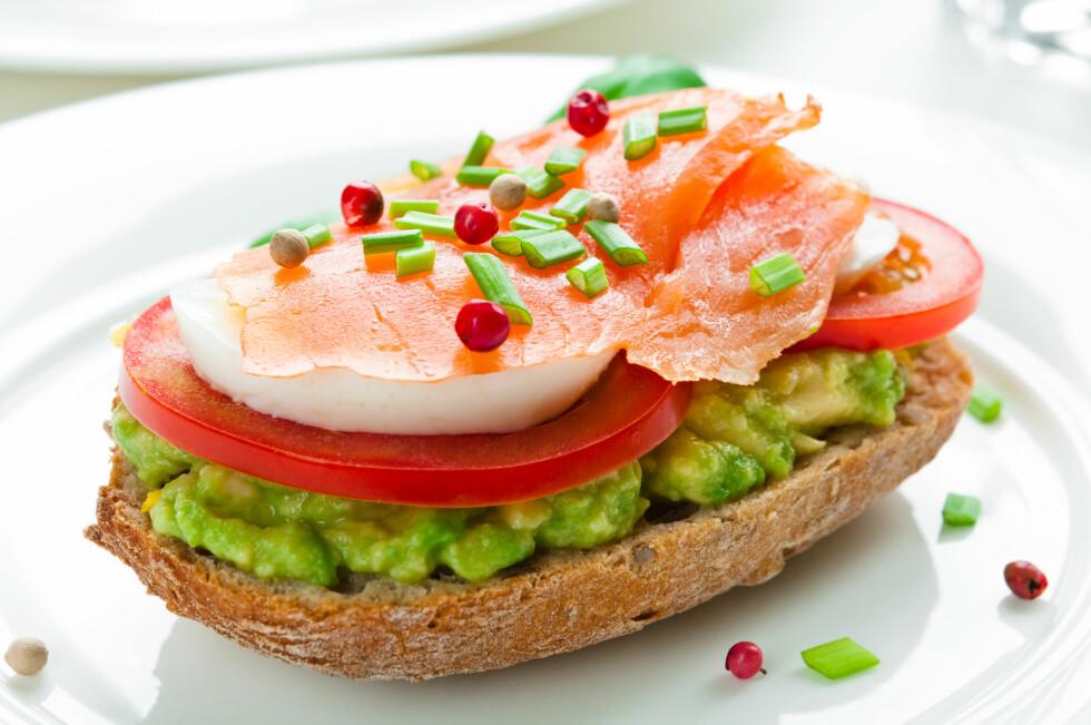 BEDRE ENN SMØR: Bytt ut smøret med avokado for en sunnere brødskive.  Foto: Tiramisu Studio - Fotolia