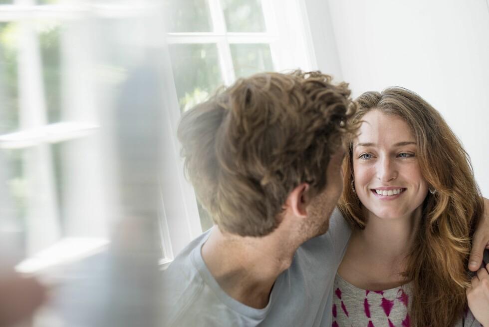 NYFORELSKELSE: I starten av et forhold kan ulikhetene skape spenning, men når hverdagen inntar livet kan forskjellene raskt bli til irritasjoner. Foto: Mint Images/REX/All Over Press
