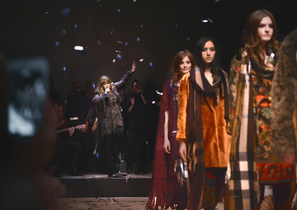 BURBERRY: Clare Maguire sto for musikken under showet. Foto: Burberry