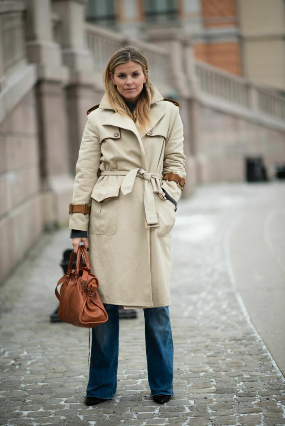 KLASSISK & TRENDY: Janka styler den klassiske trenchcoaten med sesongens heteste trend; 70talls-stilen! Foto: Polliani.com