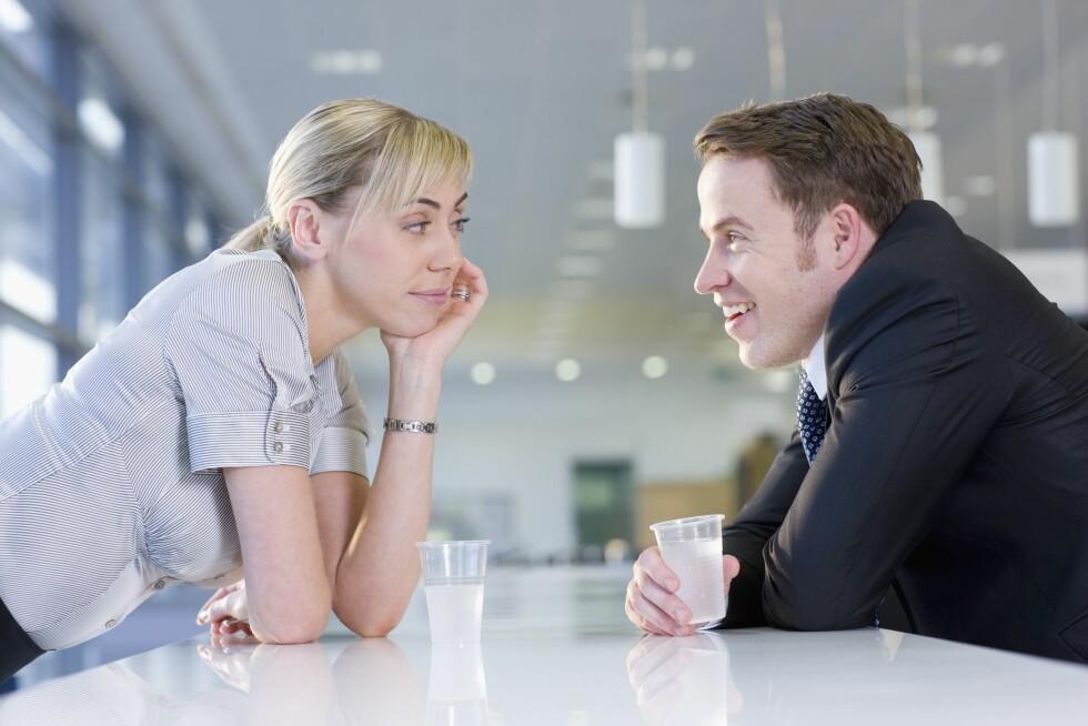 KROPPSSPRÅK: Det er også vanlig å bevisst trekke seg nærmere en person man er interessert i, for eksempel ved å lene seg mot den du er interessert i å snakke med. Foto: REX/Juice/All Over Press