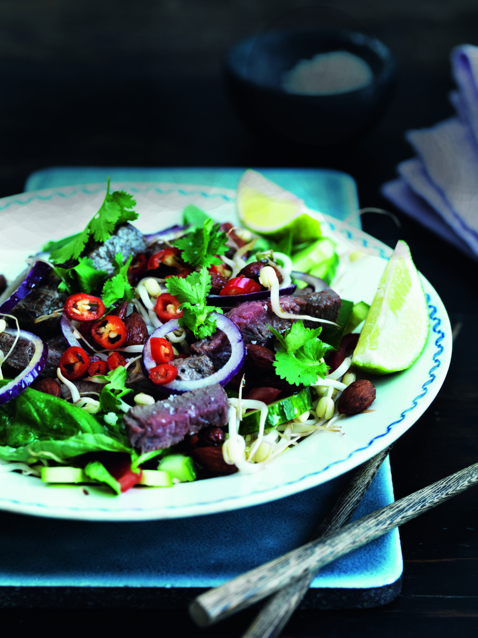 SALAT SOM METTER: De herlige asiatiske salatene er både supergode og friske samtidig som de metter. Anbefales! Foto: All Over Press