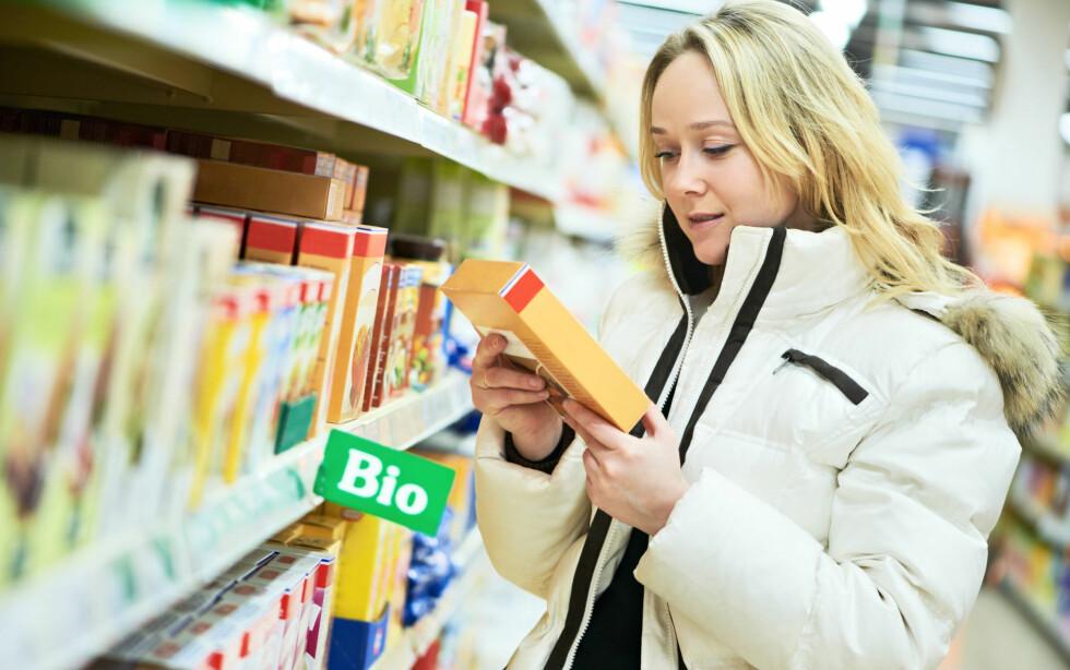 VÆR BEVISST: Ifølge ernæringsfysiologen er det først og fremst det tilsatte sukkeret vi bør kutte ned på. Vær nøye med å sjekke innholdet i matvarene du kjøper, og prøv å lage mest mulig fra bunnen av. Foto: Colourbox