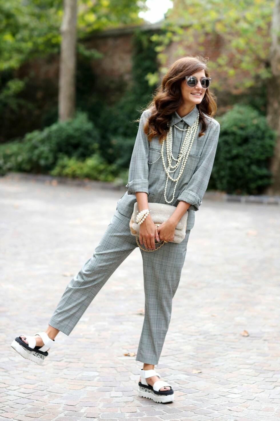 Gå for en maskulin stil med rette snitt og flate sko og skap balanse i antrekket med feminine perler.  Foto: All Over