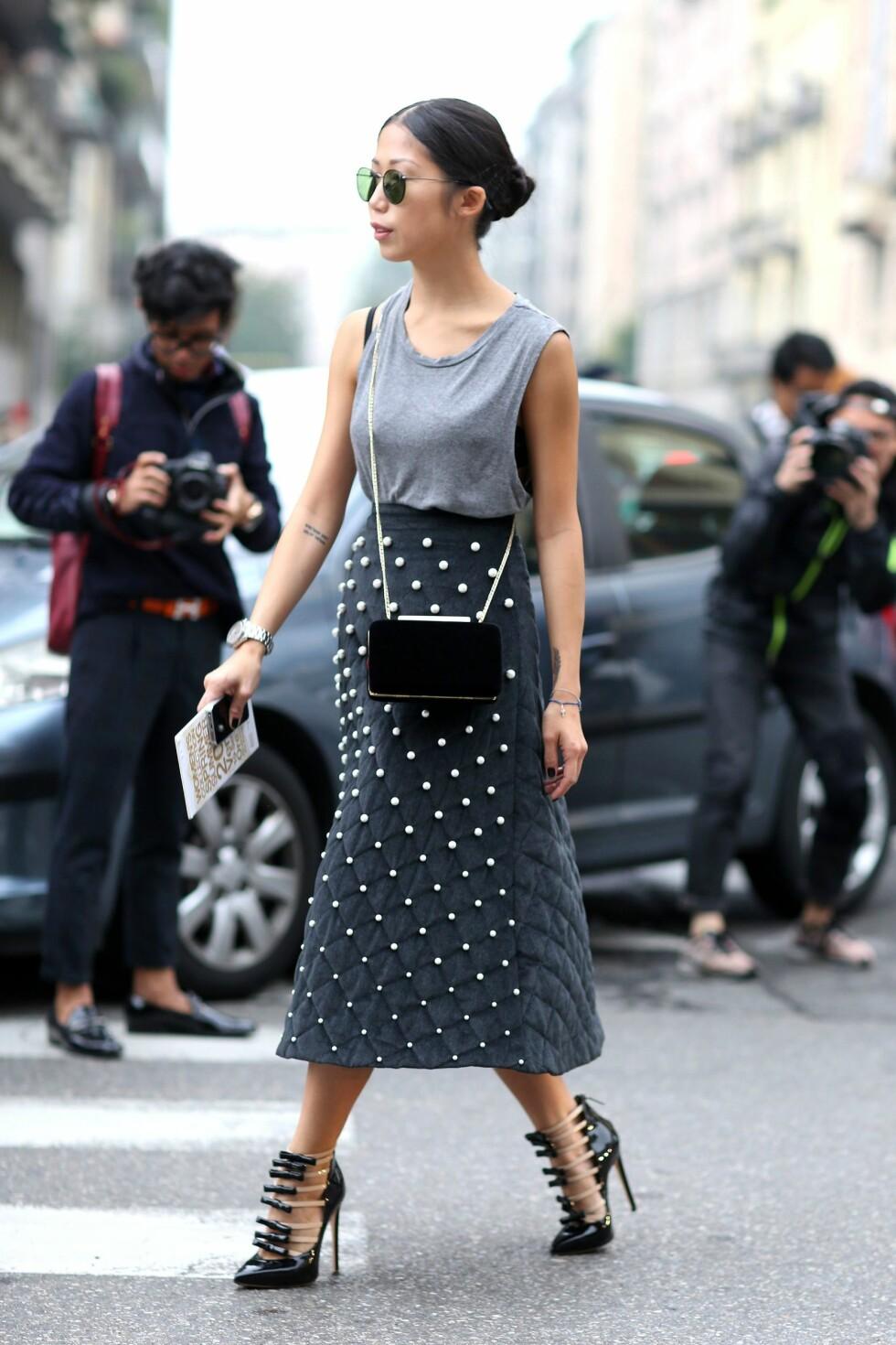 La skjørtet være smykket - en ellers rocka stil får en feminin vri med perle-utsmykninger i et av plaggene.  Foto: All Over