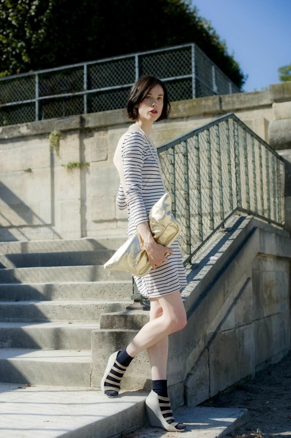 Gå for en klassisk look med stripete kjole og en mengde perlesmykker rundt halsen. Foto: All Over