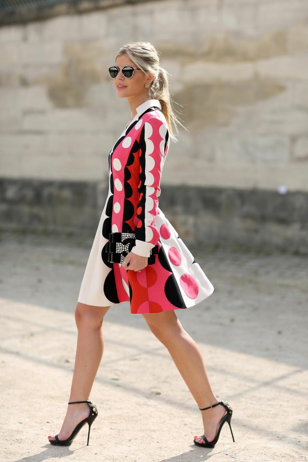 Moteikonet Lala Rudge matchet sin mønstrede kjole fra Valentino med perler på både veske og sko under den forrige moteuken i Paris.  Foto: All Over