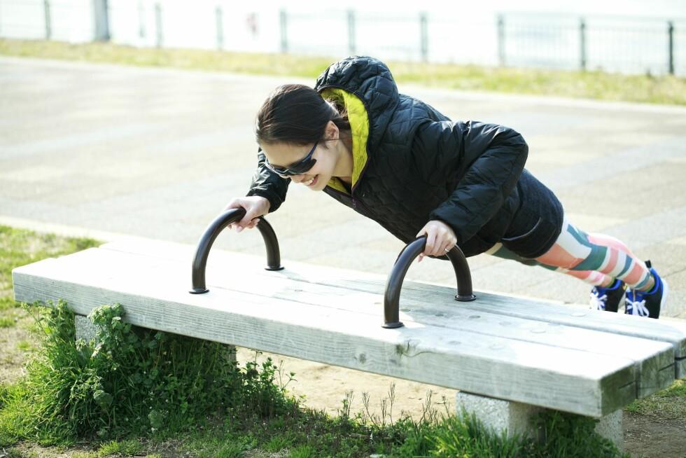 SKRÅ PUSHUPS: Bruk for eksempel en benk eller en trapp, og utfør styrkeøvelsen skrått.  Foto: All Over Press