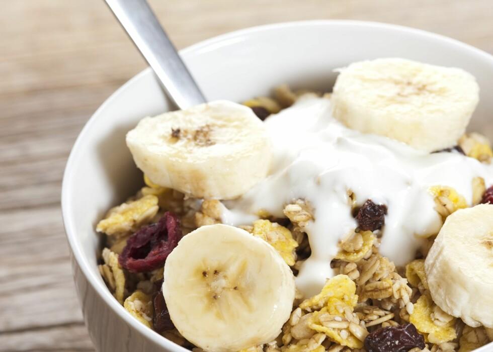 SØVNIG MAT. Litt yoghurt med müsli, og også banan, inneholder stoffer som gjør deg trøtt. Foto: Colourbox