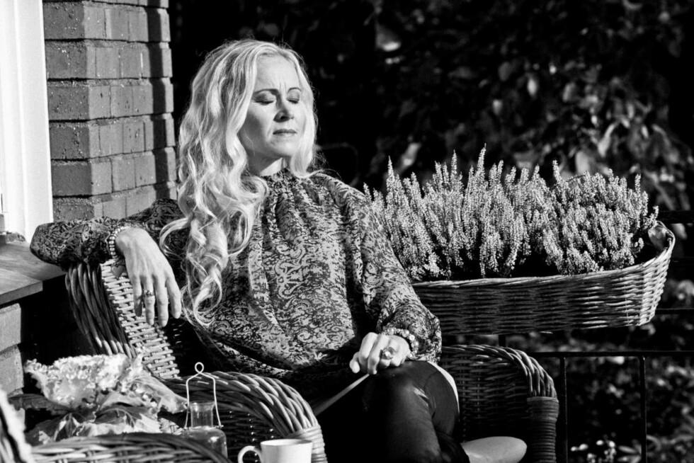 TUNG BØR: – Det er viktig at man våger å fortelle noen hva man har opplevd. Ingen snakket om dette da jeg var yngre, men å bære på en sånn historie kan ødelegge livet hvis man ikke våger å møte den, sier Lena.  Foto: Rickard L. Eriksson/ All Over Press